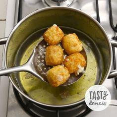 【ブラジル料理】キャッサバのひとくちフライ 本場ブラジルの @tastydemais よりレシピをお届け✨  材料: キャッサバ 450g パルメザンチーズ…