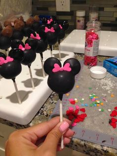 Pops By Lisa: Minnie Mouse Cake Pops Tutorial - love the use of heart sprinkles for the bow! Minnie Mouse Cake Pops, Minnie Y Mickey Mouse, Mickey Mouse Clubhouse Birthday, Mickey Mouse Birthday, Mickey Cake Pops, Theme Mickey, Mickey Party, Cupcakes, Cupcake Cakes