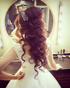 Natural bridal hair and makeup models www.- Natürliche Braut Haar und Make-up-Modelle www.basakkuaforma … Natural bridal hair and makeup models www. Quince Hairstyles, Side Hairstyles, Wedding Hairstyles For Long Hair, Formal Hairstyles, Pretty Hairstyles, Bridal Hairstyles, Sweet 15 Hairstyles, Natural Bridal Hair, Bridal Hair And Makeup