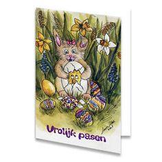 Een paaskaart van een poes met een ei in haar pootjes waar een bang kuikentje in zit. Om het poesje heen liggen paaseieren en achter de poes groeien allemaal mooie bloemen. Onderaan staat de tekst ''Vrolijk pasen'' geschreven. De binnenkant van deze paaskaart is helemaal wit, daar kun je zelf nog teksten en foto's of allerlei leuke afbeeldingen aan toevoegen.