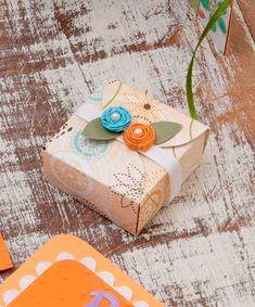 Molde para hacer una caja. Si verdaderamente queremos sorprender a la hora de entregar un regalo, debemos pensar que un buen y elegante paquete. Un molde para hacer una caja para regalo nos dará una idea para crear un simpático recipiente para contener el regalo que debemos entregar. Incluso si se adquiere práctica, es posible realizar varias cajas en poco tiempo y utilizar esta tarea como una salida laboral y generar ingresos extras a un hogar. Además pueden agregarse moños y demás adornos…