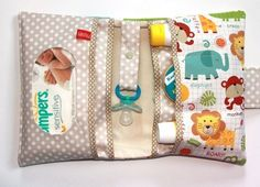 A diaper bag or nappy bag is a storage bag with many pocket-like spaces that is big enough to carry everything needed by someone taking care of a baby while taking a typical short outing. Handgemachtes Baby, Baby Love, Baby Sewing Projects, Sewing For Kids, Diaper Bag Backpack, Diaper Bags, Diy Bebe, Creation Couture, Craft Ideas