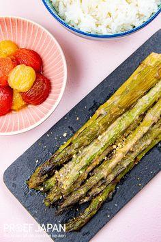 Gegrilde asperges met miso en gember   Proef Japan Diners, Grill Pan, Grilling, Kitchen, Salads, Restaurants, Griddle Pan, Cooking, Crickets