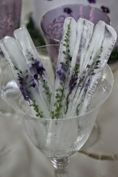 Ice Sticks with Lavender. could also use Rosemary. DIY Lavender Recipes and Project Ideas - Lavender Tall Ice Sticks - Food, Beauty, Baking Tutorials, Desserts and Drinks Made With Fresh and Dried Lavender - Savory Lavender Recipe Ideas, Healthy and Veg Food On Sticks, Stir Sticks, Fruit Sticks, Lavender Recipes, Lavender Ideas, Lavender Flowers, Diy Flowers, Lavender Colour, Edible Flowers Cake