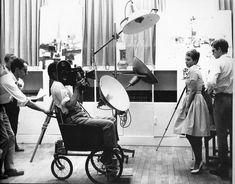 Jean-Luc Godard, Raoul Coutard (à la caméra), Jean Seberg et Jean-Paul Belmondo sur le tournage d'A bout de souffle