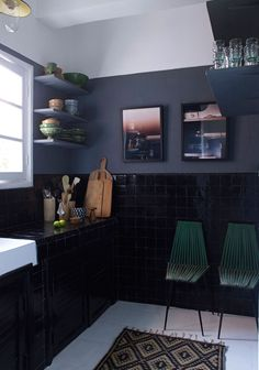 Kitchen in black and dark blue-grey