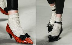 Polêmica fashion: sapatos com meia voltaram à pista. Vai encarar? -