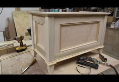 Make a blanket chest / Toy chest by Jon Peters This site has a lot of videos showing how to make furniture. Diy Furniture Projects, Furniture Making, Wood Furniture, Wood Projects, Wooden Toy Boxes, Wooden Toys, Diy Toy Box, Blanket Storage, Blanket Chest