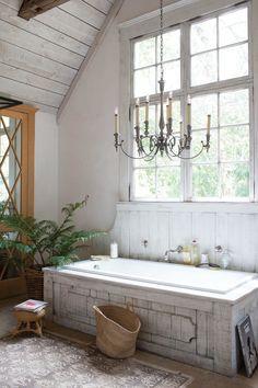 Ванная комната в стиле прованс: 80+ элегантных идей и обзор лучших интерьерных тенденций http://happymodern.ru/vannaya-komnata-v-stile-provans-foto/ Эффектная люстра в виде канделябра подчеркнет стиль прованс