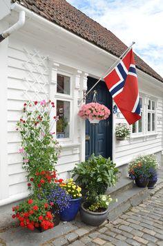 NORWAY Bugnende hager og en kuriositet av en stolpe. Er du på disse kanter, anbefaler jeg virkelig en rusletur i Gamle Stavanger og garanterer at du får en koselig opplevelse.