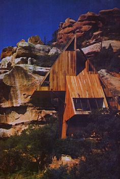Cabin set into a rocky cliff - amazing architecture Nature Architecture, Amazing Architecture, Contemporary Architecture, Interior Architecture, Interior And Exterior, Cabana, A Frame House, Amazing Buildings, Cabins And Cottages