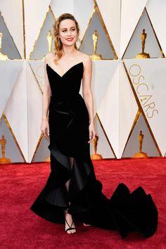 Brie Larson con vestido de terciopelo negro, de Oscar de la Renta.
