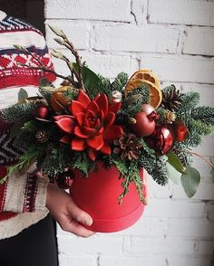 awesome diy Christmas decoration idea - I love the simplicity here + the red. Christmas Tablescapes, Christmas Centerpieces, Christmas Decorations, Christmas Flowers, Christmas Wreaths, Christmas Crafts, Winter Flowers, Xmas, Christmas Flower Arrangements