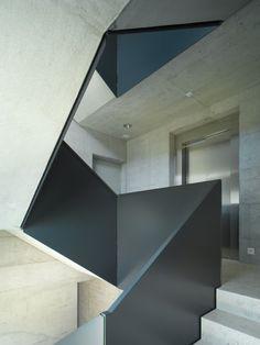 Mischung authentischer Materialien im Stiegenhaus © be baumschlager eberle