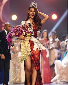 Catriona Gray was crowned Miss Universe 2018 last December, and what set the internet on fire was the stunning sparkly crimson-red evening gown with a sexy thigh-high slit by Filipino wedding dress designer Mak Tumang she wore during the competition. Miss Universe Philippines, Miss Philippines, Red Evening Gowns, Red Gowns, Miss Mundo, Filipina Beauty, Miss America, Australian Models, Miss World