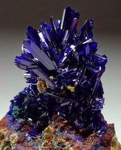 Azurita: O nome tem origem na palavra árabe para azul. Desde há muito tempo esta pedra foi usada como pigmento mineral azul. Usada também em jóias; os melhores espécimes são apreciados por coleccionadores de minerais.