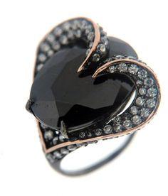 ZENANA-anillo-corazón-onix-y-cuarzo-blanco-chapado-en-oro-negro-PVP-159€.jpg (425×498)