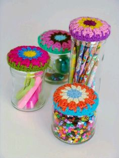 Image ONLY: crochet jar - to inspire only, but tons of freebie granny circles on here. Crochet Cozy, Crochet Amigurumi, Love Crochet, Crochet Granny, Crochet Gifts, Crochet Yarn, Crochet Flowers, Crochet Jar Covers, Art Du Fil