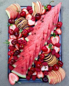 That looks so yummy. I wanna eat it all :)⠀ .⠀ The red platter ❤❤⠀ .⠀ Enjoy some red fruits for lunch today. Healthy Snacks, Healthy Recipes, Eating Healthy, Good Food, Yummy Food, Food Presentation, Breakfast Presentation, Appetizer Recipes, Fruit Appetizers