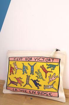 """Pochette Octobre rose """"Fight for Victory"""". Petite trousse zippée vendue 6€, 2€ reversés pour la lutte contre le cancer du sein. Las Ve, Victorious, Bags, Fighting Cancer, Breast Cancer, Pink October, Pouch Bag, Handbags, Dime Bags"""