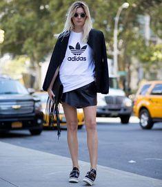 Look mini saia de couro preta com camiseta boyfriend e blazer preto.  Imagem referência: @stealthelook.