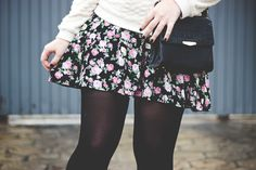 Look romântico com vestido floral meia calça sapatilha com paetê e moletom
