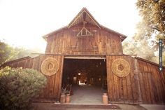 maybe the perfect barn? // photo by Weeno Photography | VIA #WEDDINGPINS.NET