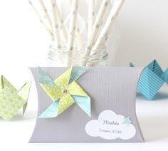 Boîte à dragées moulin à vent et nuage, coloris gris, bleu clair et vert anis : Cadeau de remerciement par latelierdesconfettis