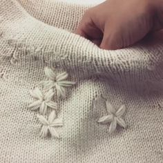 Embroider Flowers on your Knitted Sweater – Knitting Crochet Hand Embroidery Videos, Embroidery On Clothes, Hand Embroidery Patterns, Diy Embroidery, Embroidery Stitches, Embroidery Designs, Sewing Patterns, Crochet Patterns, Embroidery Sampler