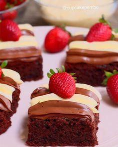 Bu brownie kek tarifini ikinci yapışım Nasıl güzel bir çikolatalı kek biliyor musunuz ımm Üzerindeki beyaz çikolata çok yakışıyor. Nutella da öyle ama Nutella şart değil olmasa da olur. Kek sade haliyle zaten muhteşem. Daha önce verdiğim ıslak kek tarifinden nasıl memnun kaldıysanız bu kek tarifide en az onun kadar güzel Bu hafta sonu denemeniz dileğiyle Kaydedin lütfen Brownie kek için: 4 yumurta 1 su bardağı toz şeker 125 gram tereyağ 3\4 su bardağı sulu tarafından yoğurt