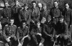Muñoz Grandes con sus oficiales. En el extremo izquierdo, de pie, está el Comandante Tomás Gracía Rebull, uno de los jefe de batallón más pr...