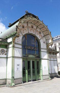 Stedentrip Wenen, tijdens je stedentrip Wenen kom je de mooiste art nouveau bouwwerken tegen, zoals deze op de Karlsplatz.