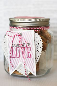 A collection of simple and easy DIY / Homemade Valentine's Day gifts that can be personal and very thoughtful. Perfect for last minute gifts. Valentines Bricolage, Be My Valentine, Valentine Gifts, Free Printable Tags, Free Printables, Cookie Packaging, Jar Gifts, Homemade Gifts, Homemade Cookies