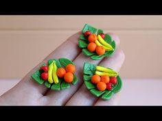 Miniature Monstera plate (scale of DIY. Polymer Clay Miniatures, Polymer Clay Crafts, Dollhouse Miniatures, Dry Fruit Box, Mini Doll House, Fruit Plate, Clay Tutorials, Miniture Things, Miniature Food