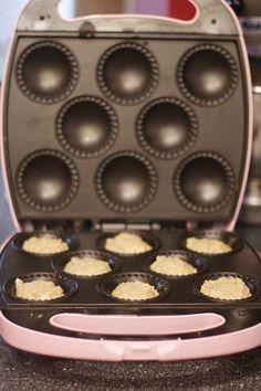 Bananenbrot-Muffins In The Babycakes Cupcake Maker Babycakes Cupcake Maker, Babycakes Recipes, Baby Cakes Maker, Mini Cakes, Cupcake Cakes, Baby Cake Pops, Cake Machine, Mini Doughnuts, Banana Bread Muffins