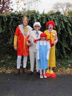 50 Best Group Halloween Costume Ideas To Wear To This Year's Halloween Party 50 Best Matching Group Halloween Costume Ideas Halloween Mono, Cute Group Halloween Costumes, Fete Halloween, Homemade Halloween, Couple Halloween, Halloween Cosplay, Funny Group Costumes, Food Costumes, Costume Ideas For Groups