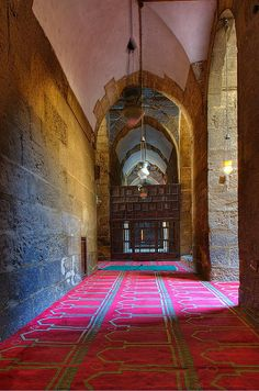 Interior Mosque Sultan Hassan. Cairo, EGYPT Egypt Travel, Africa Travel, Islamic Architecture, Art And Architecture, Cairo Tower, Modern Egypt, Valley Of The Kings, Beautiful Mosques, Out Of Africa