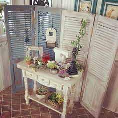 パーテーションをバックにして、ひとつのコーナーを作りました。机とパーテーションの素材が一致しているので、統一感があります。