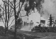 1941, Union Soviétique, Un Sd.Kfz. 10 tractant un PaK 35/36 passe devant une maison en feu