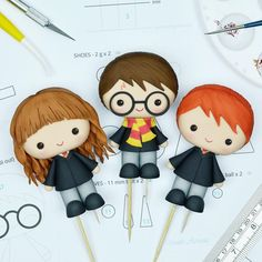 Harry Potter, Ron and Hermiona Cake Toppers - Cake Decorating Simple Ideen Harry Potter Desserts, Bolo Harry Potter, Gateau Harry Potter, Harry Potter Birthday Cake, Cute Harry Potter, Theme Harry Potter, Harry Potter Characters, Fondant Cake Toppers, Fondant Cakes