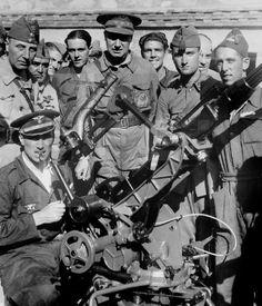Spain - 1936. - GC - ZONA REPUBLICANA: SOMOSIERRA (MADRID), 28/08/1936.- El comandante de aviación Ismael Warleta maneja un cañón antiaéreo en presencia del coronel Asensio Torrado (c) acompañado del jefe de milicias de Unión Republicana, Orencio Muñoz (2º izda, tapado) y otros oficiales y soldados, durante la visita efectuada por el comité ejectutivo municipal de Unión Republicana al frente de Somosierra. Spanish War, Character Portraits, North Africa, Military History, World War Two, Illustrations, Madrid, Wwii, Civil War Photos