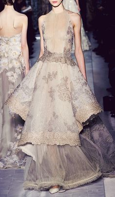Le A la Mode — couture-leads-my-world: Valentino - Couture. Style Haute Couture, Couture Fashion, Runway Fashion, Spring Couture, Valentino Couture, Valentino Dress, Valentino Paris, Fashion Details, Look Fashion