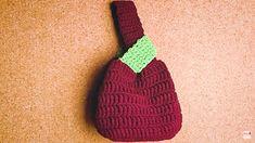 Precioso bolso de mano a crochet y muy fácil de tejer, creado por Mariartesana en hilo de lana semigruesas, perfecto para llevar las cosas mas esencia