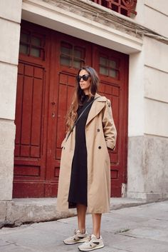 Style Inspiration: Trench coats outfits for spring Effortless outfit for spring, Trench coat over black sweater dress and beige sneakers Beige Sneakers, White Fashion Sneakers, Dress And Sneakers Outfit, Sneaker Outfits, Adrette Outfits, Spring Outfits, Spring Clothes, Work Outfits, Black Sweater Dress