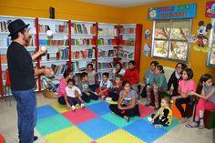 'Tito Piruleta' adelantó parte de su cuentacuentos a los niños de la Biblioteca San Juan de Ávila. /  LA TRIBUNA DE CIUDAD REAL