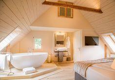 Offenes Schlafzimmer mit Badewanne | Bett, Sorgen und Raum