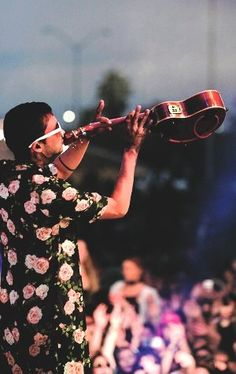 Oh look, it's a string trumpet. No literally he's playing his ukulele like trumpet