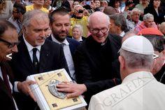 Paolo Penko consegna a Papa Francesco l'Evangeliario Fiorentino