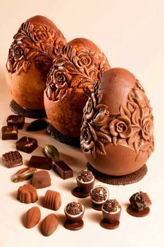 Most people think that a chocolate egg at Easter is a modern day thing, probably introduced in the middle Century. In fact chocolate Easter Eggs. Chocolate Dreams, Chocolate Delight, Death By Chocolate, I Love Chocolate, Chocolate Heaven, Chocolate Art, Chocolate Shop, Easter Chocolate, Chocolate Lovers