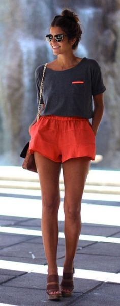 Aw how simple yet pretty is this outfit. Shorts and top match by the one small horazontal stripe near the pocket + platform wedges.
